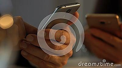 Άνθρωποι που χρησιμοποιούν smartphones, έννοια της αναταραχής εθισμού Διαδικτύου, κινηματογράφηση σε πρώτο πλάνο χεριών φιλμ μικρού μήκους