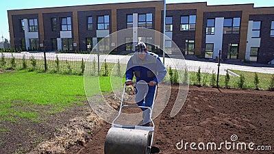 Άνθρωπος που εργάζεται σκληρά στον κήπο με ροδάκια Κίνηση Gimbal προς τα πίσω φιλμ μικρού μήκους