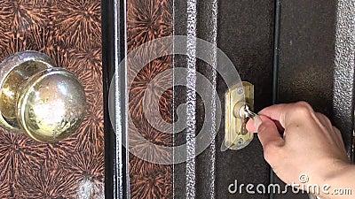 Άνοιγμα μιας κλειδαριάς πορτών με τα κλειδιά φιλμ μικρού μήκους