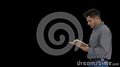 Άντρας διευθυντής τυπικός ντυμένος κρατώντας σημειωματάριο περπατώντας και κάνοντας σημειώσεις κοιτώντας τριγύρω, Alpha Channel απόθεμα βίντεο
