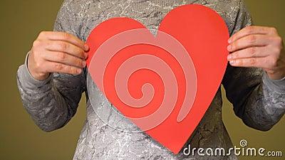 Άντρας με κόκκινη καρδιά στο στήθος φιλμ μικρού μήκους