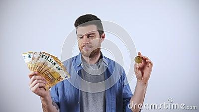 Άντρας με μετρητά Μετρητά έναντι bitcoin Νόμισμα κρυπτογράφησης απόθεμα βίντεο