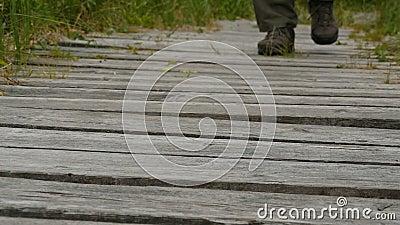 Άντρας που περπατάει στο περπάτημα φιλμ μικρού μήκους