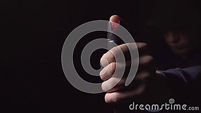 Άντρας σήκωσε το χέρι του με σπρέι πιπεριού για αυτοάμυνα φιλμ μικρού μήκους