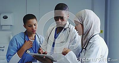 Άποψη των Πολυεθνικών γιατρών που συζητούν για την ιατρική έκθεση στο νοσοκομείο φιλμ μικρού μήκους
