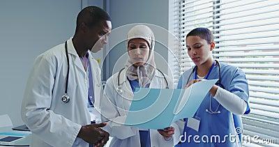 Άποψη των πολυεθνικών γιατρών που συζητούν για την ιατρική έκθεση στο νοσοκομείο απόθεμα βίντεο