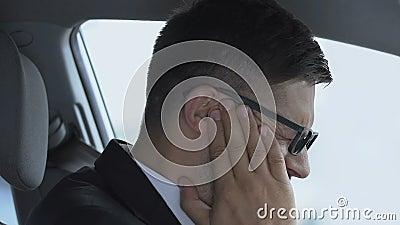 Άρρωστος άνδρας που αγγίζει φλεγόμενα αυτιά, που υποφέρει από οξύ πόνο, νόσο της ωτίτιδας απόθεμα βίντεο