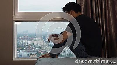 Άτομο που αγκαλιάζει τα γόνατα και την κραυγή στα παράθυρα απόθεμα βίντεο