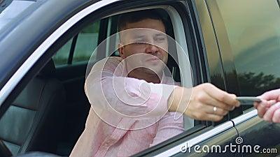 Άτομο που δίνει την άδεια οδήγησης στον αστυνομικό φιλμ μικρού μήκους