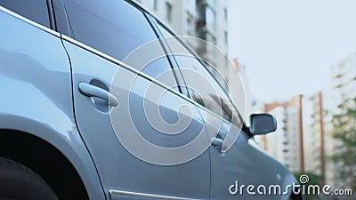 Άτομο που ξεπερνά το αυτοκίνητο, προσωπικός φέρνοντας επιχειρηματίας σοφέρ στο γραφείο, ταξί απόθεμα βίντεο