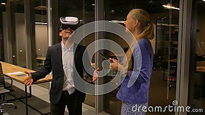 Άτομο που χρησιμοποιεί τα τρισδιάστατα γυαλιά για την εικονικό εξόρμηση ή το γύρο στην ξένη πόλη νύχτας Επιχειρηματίας που χρησιμ απόθεμα βίντεο
