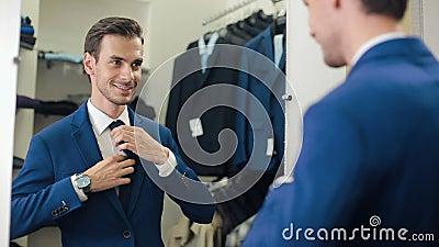 Άτομο σε ένα νέο κοστούμι στο κατάστημα ιματισμού απόθεμα βίντεο