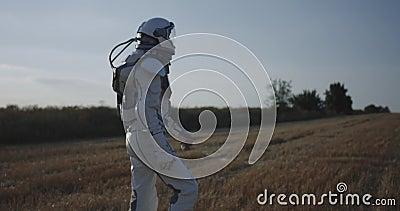 Άτομο στο διαστημικό περπάτημα κοστουμιών απόθεμα βίντεο