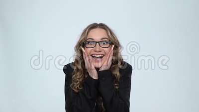 Έκπληκτο κορίτσι σοκαρισμένο από την απόλαυση, ουρλιάζοντας από χαρά πάνω από γκρι φόντο στο στούντιο, αργή κίνηση απόθεμα βίντεο