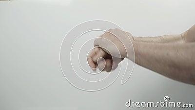 Ένας άντρας απολύει τα χέρια του φιλμ μικρού μήκους