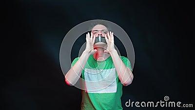 Ένας άντρας με σφραγισμένο στόμα που ουρλιάζει για την ελευθερία φιλμ μικρού μήκους