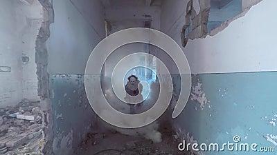 Ένας άντρας στην εικόνα ενός Κλόουν τρέχει μέσα από τον καπνό απόθεμα βίντεο