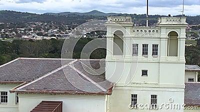 Ένας άσπρος ψηλός ανατριχιαστικός πύργος φιλμ μικρού μήκους