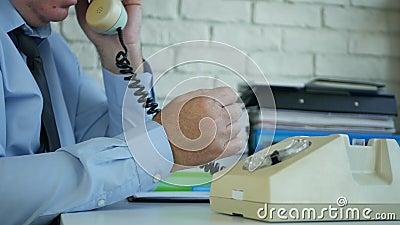 Ένας αγχωμένος στο γραφείο περιμένει τηλεφωνικό δέκτη γρήγορα φιλμ μικρού μήκους