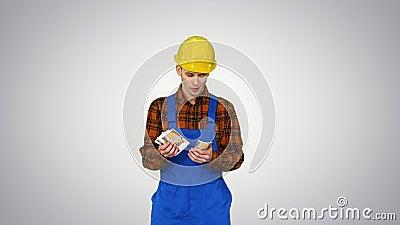 Ένας εργάτης που μετρά τα μετρητά με υπερβολικό τρόπο και χορεύει μετά από αυτό σε διαβάθμιση φόντου φιλμ μικρού μήκους