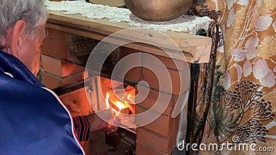 Ένας ηλικιωμένος ανάβει ένα τζάκι στη χώρα φιλμ μικρού μήκους