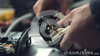 Ένας μηχανικός εγκαθιστά τα closers πορτών σε μια κλειδαριά αυτοκινήτων απόθεμα βίντεο