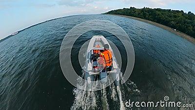 Ένας ναυτικός καβαλάει το σκάφος του στο ποτάμι απόθεμα βίντεο