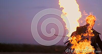 Ένα άτομο με ένα φλογοβόλο στο ηλιοβασίλεμα σε σε αργή κίνηση Κοστούμι για την αποκάλυψη και αποκριές zombie φιλμ μικρού μήκους