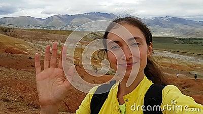 Ένα κορίτσι μελαχρινή παίρνει μια σέλφι στο φόντο του Αλτάι Μαρς στη Δημοκρατία του Αλτάι στη Ρωσία Όρος Κιζίλ Τσιν Ταξίδι απόθεμα βίντεο