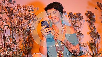 Ένα κορίτσι σε ένα νυχτερινό κλαμπ σε ένα πάρτι που μιλάει για σύνδεση με βίντεο με μια κοπέλα απόθεμα βίντεο