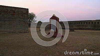 Ένα κόκκινο μνημείο μεταξύ των τοίχων απόθεμα βίντεο