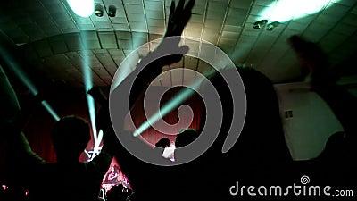 Ένα μεγάλο πλήθος των ανεμιστήρων αυξάνει τα όπλα τους στη συναυλία, ζωντανή μουσική, ενθαρρυντική επιδοκιμασία χτυπήματος ανεμισ απόθεμα βίντεο