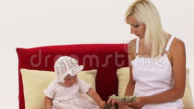 Ένα μικρό κορίτσι τραβά τα χρήματα από το πορτοφόλι της απόθεμα βίντεο