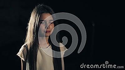 Ένα νέο όμορφο κορίτσι λέει τη μαμά ` ` Σκοτεινή ανασκόπηση κοινωνικό πρόγραμμα τρίχωμα μακρύ απόθεμα βίντεο