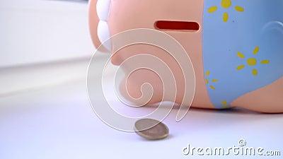 Ένα νόμισμα θα πέσει πάνω στο τραπέζι από μια ροζ κουμπαρά απόθεμα βίντεο