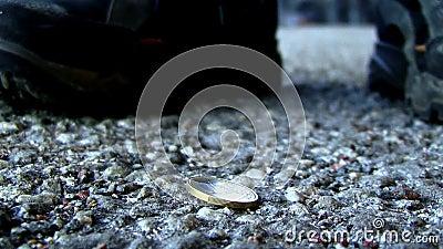 ένα νόμισμα στο έδαφος απόθεμα βίντεο