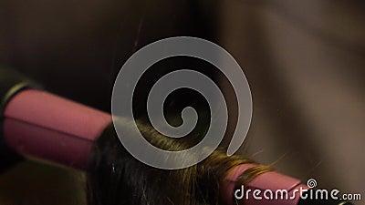 Ένα τρίχωμα είναι πληγωμένο σε ένα σίδερο που λερώνει φιλμ μικρού μήκους