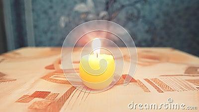 Ένα φλεγόμενο κερί στο τραπέζι με τραπεζομάντιλο Μετά βγαίνει έξω και υπάρχει καπνός απόθεμα βίντεο