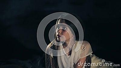 Ένα όμορφο νέο κορίτσι ξυπνά Σκοτεινή ανασκόπηση κοινωνικό πρόγραμμα τρίχωμα μακρύ Φύλλα της Silken απόθεμα βίντεο