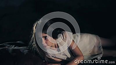 Ένα όμορφο νέο κορίτσι ξυπνά Σκοτεινή ανασκόπηση κοινωνικό πρόγραμμα τρίχωμα μακρύ Φύλλα της Silken Κινηματογράφηση σε πρώτο πλάν φιλμ μικρού μήκους