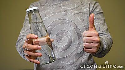 Έννοια της μηδενικής σπατάλης Ο άνθρωπος επιλέγει ένα γυάλινο μπουκάλι με φρέσκο νερό απόθεμα βίντεο