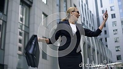 Έξυπνη κυρία εξαιρετικά ευτυχής να κερδίσει τα χρήματα on-line να στοιχηματίσει, χρησιμοποιώντας το smartphone απόθεμα βίντεο