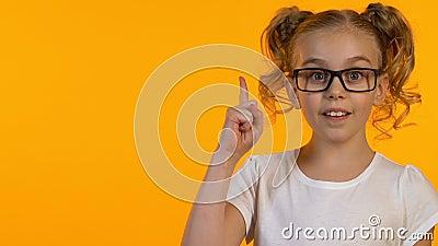 Έξυπνο θηλυκό παιδί στα γυαλιά που έχουν την ιδέα, περιέργεια γνώσης, πρότυπο, κινηματογράφηση σε πρώτο πλάνο φιλμ μικρού μήκους