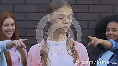 Έφηβοι που κατηγορούν με τα δάχτυλα το ανασφαλές κορίτσι, ιδέα πίεσης από ομότιμους, εκφοβισμός φιλμ μικρού μήκους
