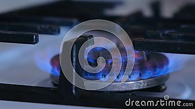 Αέριο που καίγεται από φούρνο αερίου της κουζίνας σε μεγάλο καυστήρα αερίου Όψη από το κοντινό πλαϊνό φιλμ μικρού μήκους