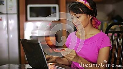 αγορά γυναικών με την πιστωτική κάρτα, on-line που ψωνίζει στην κουζίνα απόθεμα βίντεο