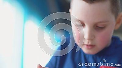 Αγόρι που τρώει το επιδόρπιο απόθεμα βίντεο