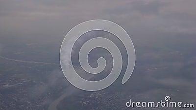 Αεροθάλαμος απεικόνισης πτηνών με ρεύμα πυκνού καπνού το χειμώνα Βιομηχανική περιοχή απόθεμα βίντεο