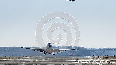 Αεροπλάνο που απογειώνεται στον εθνικό αερολιμένα του Reagan απόθεμα βίντεο