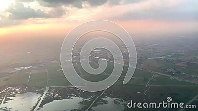 Αεροφωτογραφία γραφικού τοπίου με λίμνες την αυγή φιλμ μικρού μήκους